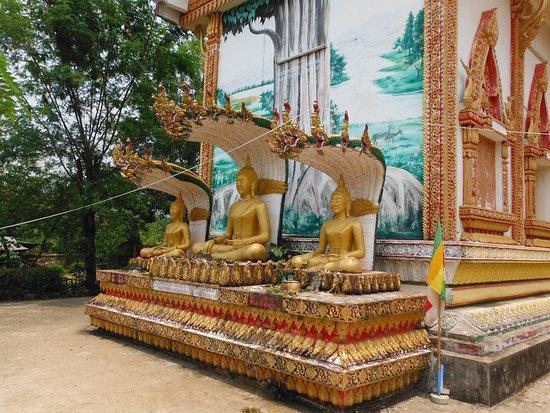 Popular View Guesthouse: Wat at Vang Vieng