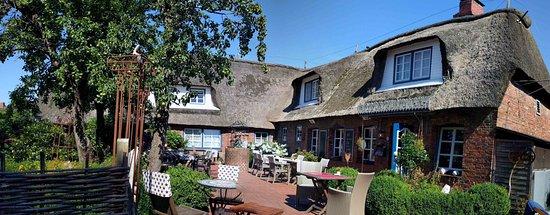Oevenum, Duitsland: Hotelterrasse und Teil der Anlage