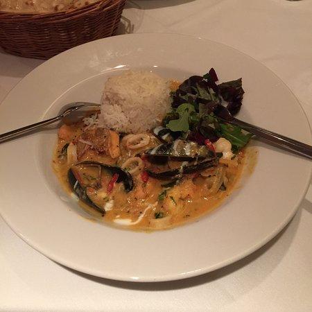 Rajpoot Restaurant: Mixed seafood curry and mango yogurt drink