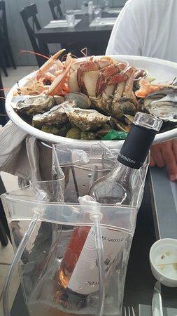 Le Chateau d'Oleron, Frankrike: plateau de fruits de mer avec le vin