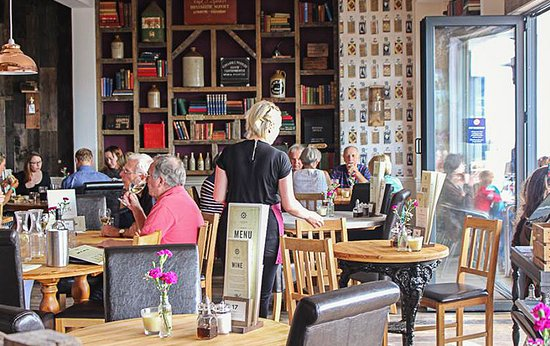 Cowes, UK: Main dining area leading out to the terrace