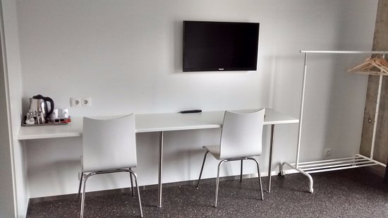 Hofn, Islandia: Nice big workarea with outlets for charging and a kettle