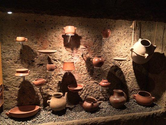 Aguimes, Ισπανία: Ett rum visade keramik. Intill fanns en film som visade hur man tror att den tillverkades