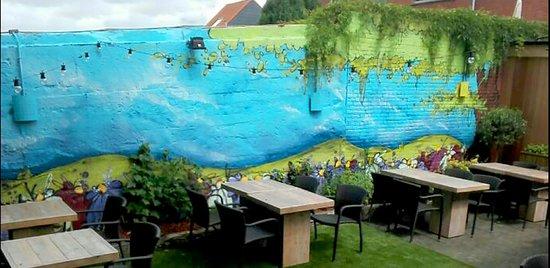 Heverlee, Belgien: Een zomers terras met een fantastische mural-graffiti