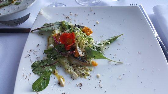 Corenc, Francja: Filet de maquereau, mousse d'avocat au piment d'espelette, mangue, noix de Cajou et truffe d'été