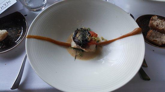 Corenc, Francja: filet de rascasse, chénopodes blancs crus et Bon Henri cuit, condiment citron et Reine des Prés