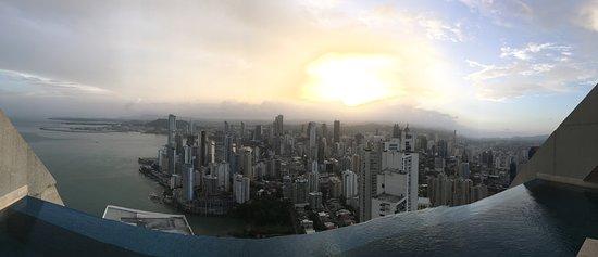 Trump Ocean Club International Hotel & Tower Panama: Vista panorámica por el día desde el Panaviera Trump Tower Panama piso 66