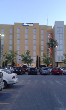 City Express Torreon : vista del hotel desde el periferico