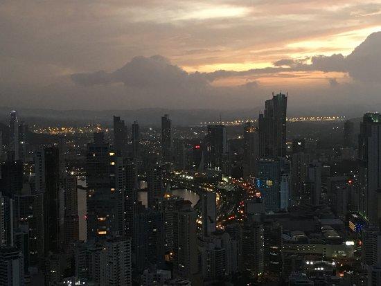 Trump Ocean Club International Hotel & Tower Panama: Vista panoramica en la noche desde el Panaviera Trump Tower Panama piso 66
