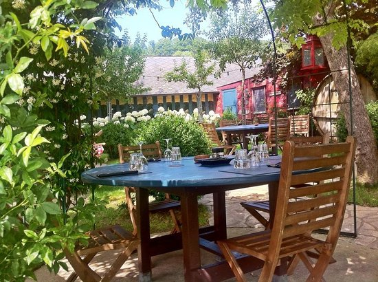 Pierrefitte-en-Auge, Γαλλία: Une table sur la terrasse