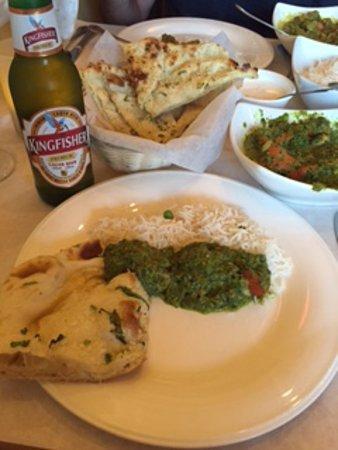Latham, estado de Nueva York: Chicken Tikka Saag, garlic Naan and Kingfisher beer