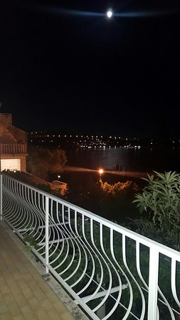 Lozica, Croazia: Terace Sea View by night