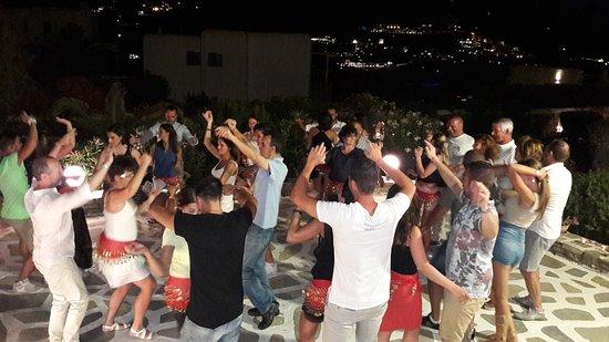 Hotel Erato: Danze sfrenate nella Greek night