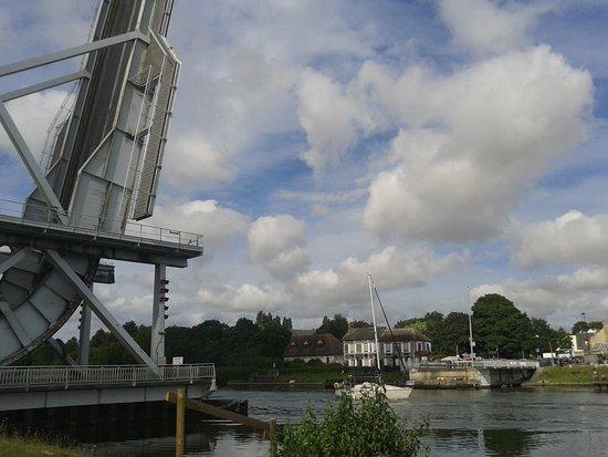 Ranville, Francia: ça y est la verticale est atteinte et les bateaux passent !!!