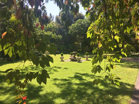 Queenstown, Sudáfrica: front garden - fountain