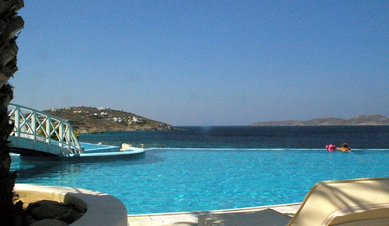 Saint John Hotel Villas & Spa: Infinity pool towards Delos