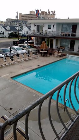 Ivanhoe Motel and Apartments : great size pool - couldn't even capture the whole thing in this pic.