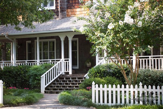 Mountain Thyme Bed & Breakfast Inn: Welcoming Front Porch