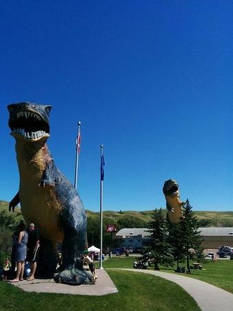 World's Largest Dinosaur: Two dinosaurs