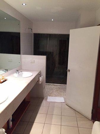 Rakiraki, Fiji: Bathroom with open shower with glass window