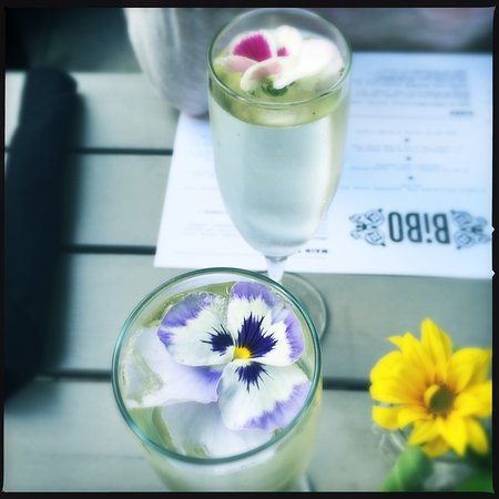 Nelson, Canada: Bubbles with edible flowers