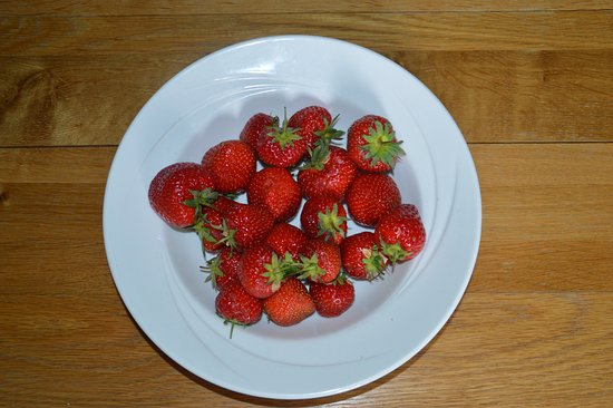Auchrannie House Hotel: Nicely presented strawberries! Carefull thrown in a dish.