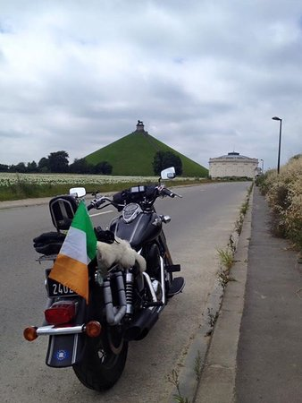 Waterloo, Bélgica: The road to the museum and the mound.