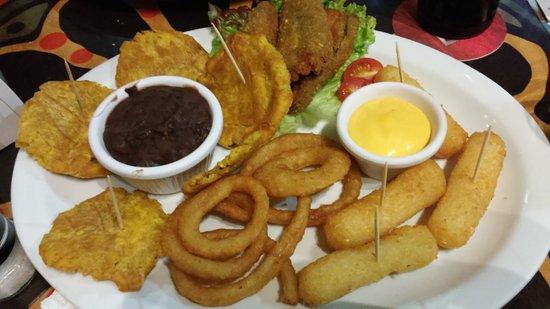 Los Antojitos Comida Mexicana: plato variado de entrantes 8patacones, jalapeños rellenos, aros de cebolla, croquetas de yuca)