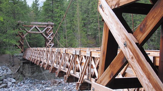 Longmire, Вашингтон: Rustic bridge over Nisqually River on trial from museum to Community Bldg