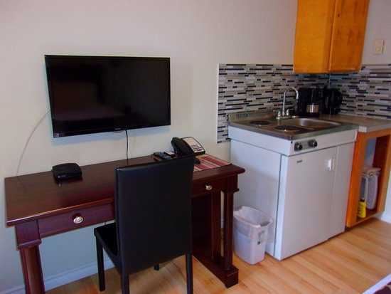 Cranbrook, Canadá: There is a stove top, microwave, mini fridge, and coffee pot and coffe and tea