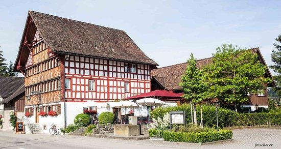 Wil, สวิตเซอร์แลนด์: Vorne das Hotel mit Terrasse, dahinter das Nebengebäude