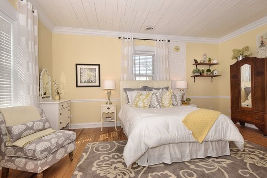Augusta, MO: The charming Cottage room with many windows