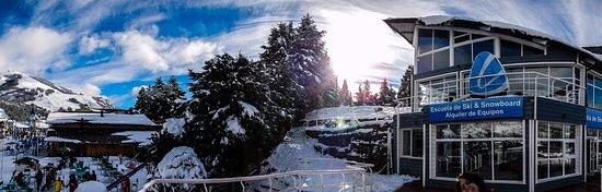 La Base Escuela de Ski & Snowboard: escola com cerro ao lado