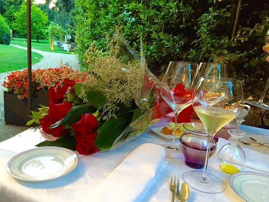 Tavolo vista giardino con mazzo di rose rosse meravigliose - Giardino con rose ...