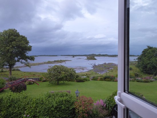 Oughterard, Ierland: Photo from my room taken in the late evening.
