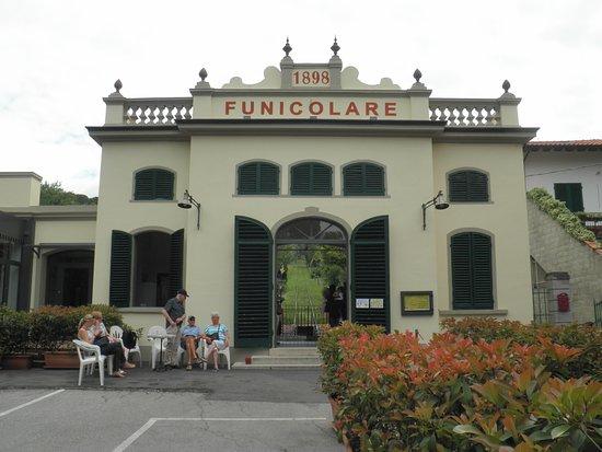 Funicolare di Montecatini Terme: De ingang van het historische kabelbaantje in Montecatini.