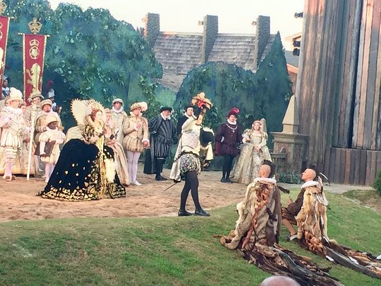 Manteo, Carolina del Nord: This was a wonderful scene with Queen Elizabeth I, Sir Walter Raleigh and two Indians.