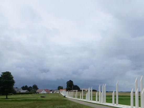 Jelling, Denemarken: Flot illustrer af disse hvide monumenter angiver man området omkring Harald Blåtands tid.