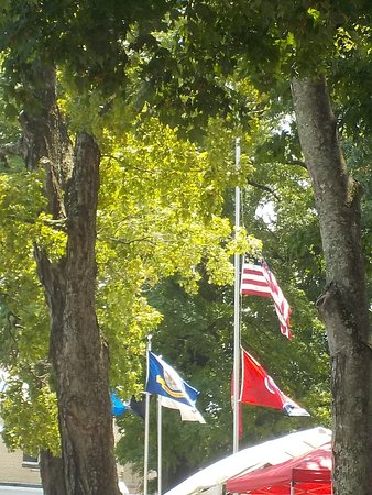 Dayton, Tennessee: Flags in front of Courthouse