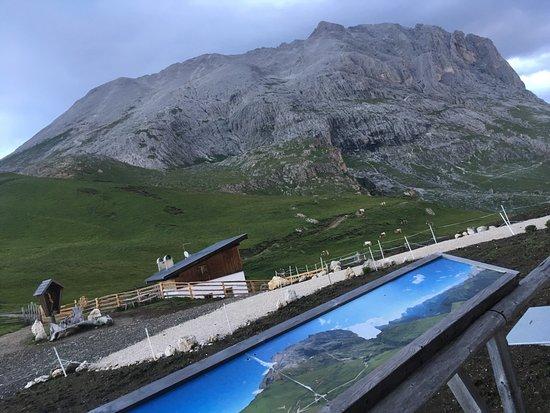 Chiusa, Italien: Plattkofel von der Hüttenterrasse aus gesehen.