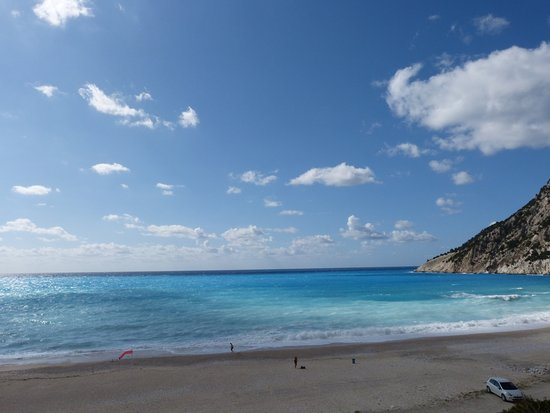 Myrtos Beach: Cove is U-shaped and beach is long and wide. Beautiful colours.