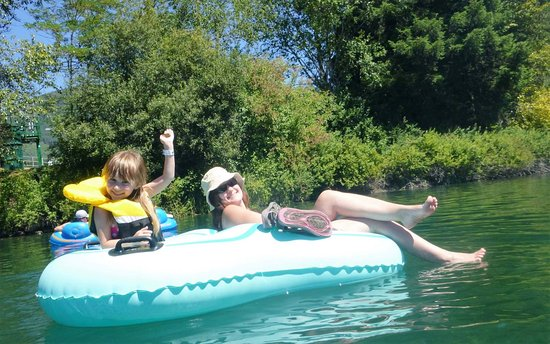 Lake Cowichan, Καναδάς: Alexis with daughter Kamryn having a fun and relaxing day on Cowichan River
