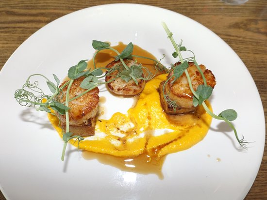 Rhosneigr, UK: Pan seared scallops with pork belly, sweet carrot puree and Madeira jus