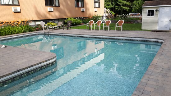 Auberge Du Mont Rigaud : Nice in ground pool deeper then you think ~
