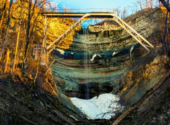 Kohtla, Estonia: Вид на геологический разрез глинта, падающую весеннюю воду и прошлозимний снег