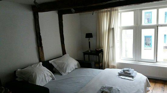 Inn old Amsterdam: image-0-02-01-8a6325e672d4c3ed12af42214ab132914542567ab868e853902cf9c42a679cd1-V_large.jpg