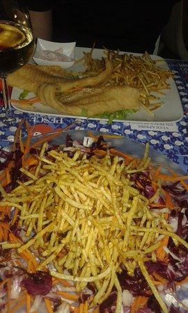 Rosignano Solvay, إيطاليا: in primo piano il polpo bueno nascosto da i bastoncini di patatine e in secondo piano fish & chi