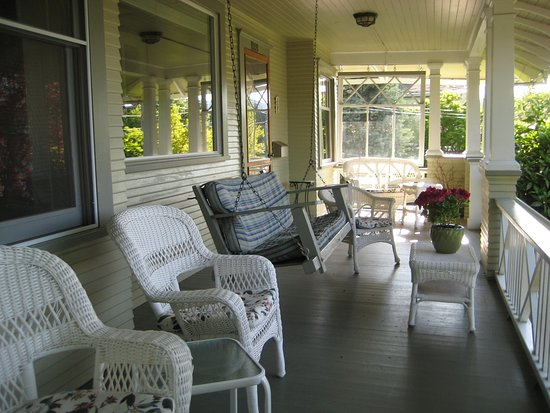Gorge View: Relax on the front porch and enjoy the Mt. Adams and Hood River Views.