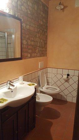 Montespertoli, إيطاليا: Uno de los dos baños