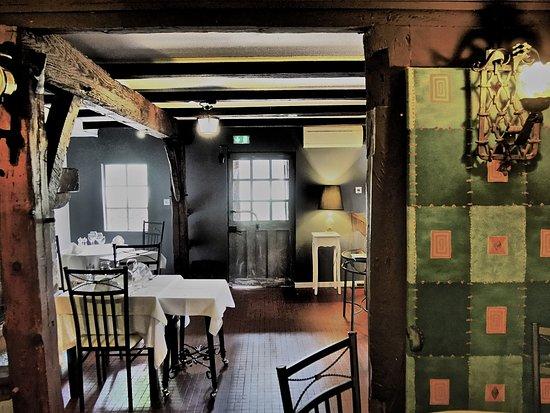 Magescq, Francia: vue de l'intérieur du restaurant . Il existe aussi une assez grande terrasse sous d'immenses chê